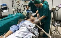 Vào viện với cọc sắt còn xuyên từ bụng lên ngực sau khi rơi từ giàn giáo 15m