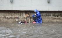 Rào thêm một đoạn đường Nguyễn Hữu Cảnh để thi công chống ngập