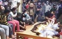 Người nhà đưa thi thể người đàn ông đến trụ sở xã, hàng trăm người tụ tập xem giữa mùa dịch
