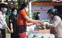 Thầy và trò trường THPT làm 'ATM gạo', người nghèo được nhận cả gạo lẫn rau củ