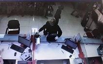 Nghi phạm cầm súng cướp ngân hàng ở Sóc Sơn ra đầu thú