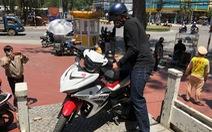 Bị phạt vì không đeo khẩu trang, đạp cảnh sát giao thông rồi bỏ chạy