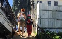 Cảnh sát mang quà đến tận nhà giúp đỡ nạn nhân tai nạn giao thông