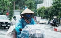 'Nay được ra đường, tôi lại đi nhặt rác, mưa cũng phải cố'