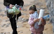 Trẻ con Tây Ban Nha bắt đầu được ra ngoài 'hóng mát' 1 giờ