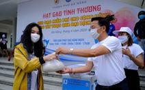 Doanh nhân trẻ Đà Nẵng góp gạo cho cộng đồng, tặng máy thở cho bệnh viện