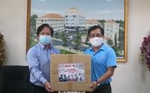 Báo Tuổi Trẻ trao tận tay nhiều trang thiết bị y tế đến Bệnh viện quận 2