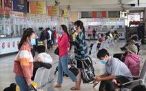 Bến xe tại TP.HCM nhộn nhịp trở lại, khách chen nhau mua vé dịp lễ 30-4