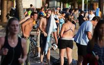 Luật không rõ ràng, dân Úc vẫn tấp nập tắm biển