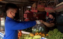 'Đội shipper áo xanh' đi chợ giúp bà con miễn phí
