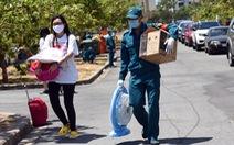 'Áo xanh' đội nắng đưa ra tận xe 600 người cách ly rời KTX Đại học Quốc gia TP.HCM