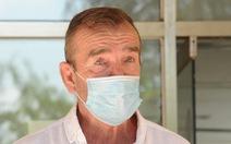 Bệnh nhân người Anh ra viện, mắt đỏ hoe cảm ơn bác sĩ bằng tiếng Việt