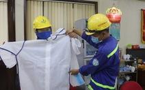 Cùng Tuổi Trẻ chống dịch COVID-19, quà bạn đọc đến với công nhân gom rác