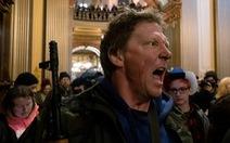 Mang súng biểu tình phản đối 'ở nhà', đòi mở cửa trở lại bang Michigan