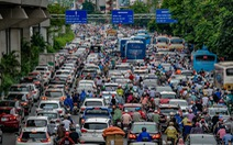 Mưa lớn sau một tuần nắng gắt, đường Hà Nội lại ùn tắc nghiêm trọng