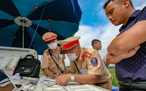 Ngày đầu CSGT kiểm tra xe dù không có dấu hiệu vi phạm ở TP.HCM, Hà Nội