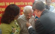 Trao huy hiệu 85 năm tuổi Đảng cho phu nhân cố Tổng bí thư Nguyễn Văn Linh