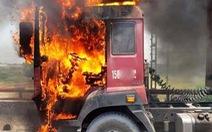 Cabin xe container cháy rụi giữa trưa nắng