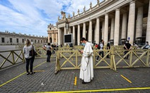 Du khách đến Nhà thờ Thánh Peter vẫn phải thực hiện giãn cách xã hội