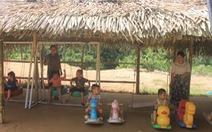 Dựng lều che khu vui chơi tránh nắng cho trẻ ở vùng cao Thanh Hóa