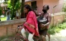Cô bé 15 tuổi đạp xe chở cha về quê xa 1.200km: 'Cha đừng lo, có con đây'