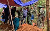Khai quật mộ 13 liệt sĩ ở Bắc Kạn: không thấy hài cốt, chỉ có bát, lược, cúc áo...