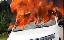 Ôtô đang chạy thì bốc cháy ngùn ngụt, nghi bị rơm cuốn dưới gầm