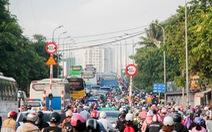 Xe cộ chen cứng quanh bến xe Miền Đông ngày đầu tuần