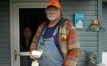 Trao đi 1 khẩu trang, người nông dân Mỹ nhận lại bằng cử nhân danh dự