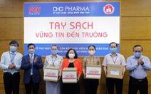 Giáo viên tiểu học được DHG Pharma tài trợ gel rửa tay phòng dịch