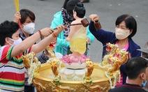 Người dân Sài Gòn xếp hàng, đeo khẩu trang dưới trời nắng nóng chờ lễ Phật