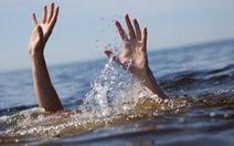 Mẹ ôm 3 con nhỏ nhảy xuống suối tự tử