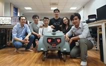 Bạn trẻ ở TP.HCM làm robot nhắc nhở người không đeo khẩu trang