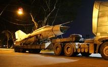 Máy bay, xe tăng rời bảo tàng đi trên phố đêm ở Huế đến địa điểm mới