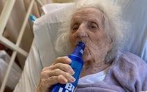 Cụ bà 103 tuổi uống cạn chai bia ăn mừng khỏi COVID-19