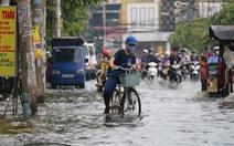 TP.HCM: Mưa như trút nước, người dân lại bì bõm lội