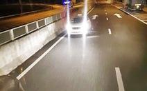 Taxi quay đầu, chạy ngược chiều trên cao tốc trong đêm