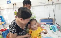Bác sĩ gắng sức giành sự sống cho bệnh nhi khi gia đình tuyệt vọng xin đưa con về