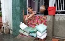 Mưa lớn ở TP.HCM, dân đắp 'đê bao cát' trước cửa nhà