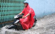 Sau mưa lớn, nhiều tuyến đường tại TP.HCM lại ngập sâu