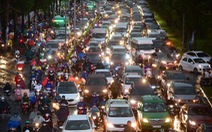 Người người đang bị 'chôn chân' trên đường Sài Gòn sau mưa lớn chiều 16-6