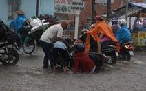 TP.HCM mưa gió mù mịt 2 tiếng: đường ngập khắp nơi, cây đổ, xe ngã...