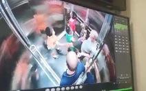 Một người đàn ông lấy chân khều vùng kín, định đạp mặt bé trai trong thang máy