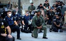 Cảnh sát Mỹ cùng quỳ gối ủng hộ người biểu tình
