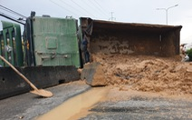 Xe ben lật đổ cát xuống đường, xe kẹt dài đằng đẵng hướng cầu vượt Quang Trung