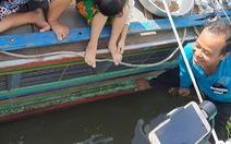 Đàn cá vồ hàng ngàn con 'ăn nhờ ở đậu' mấy tháng trời trước cửa nhà dân