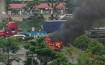 Cabin xe cháy ngùn ngụt trên xa lộ, tài xế tháo thùng container để cứu hàng