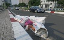 Mang rác xây dựng ra đổ trộm trên cầu Calmette