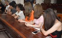 Hai học sinh 'bay lắc' cùng nhóm thanh niên trong phòng karaoke