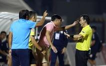 Chùm ảnh HLV và cầu thủ SHB Đà Nẵng nhiều lần phản ứng trọng tài